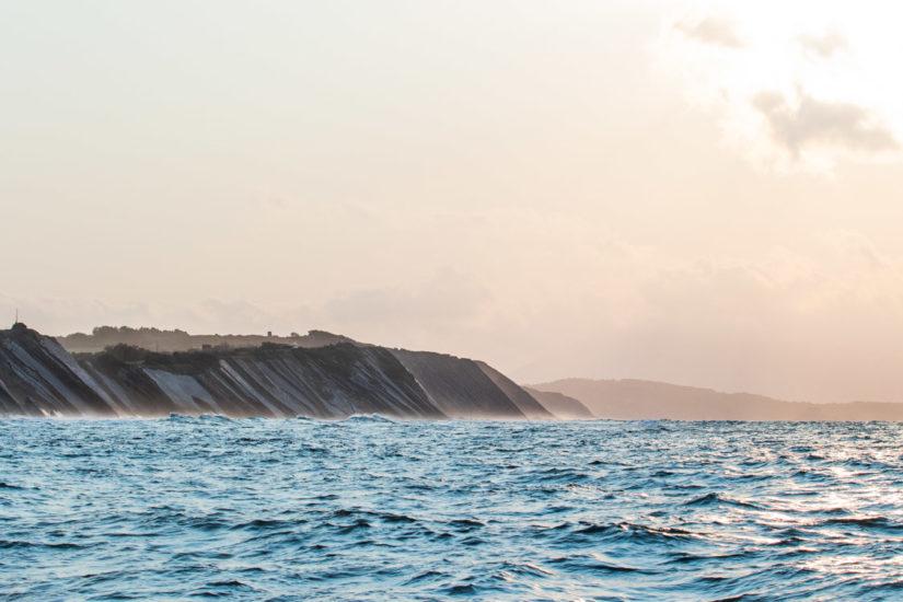 Les balades côtières, l'occasion de découvrir la géologie du Pays basque et les falaise de la corniche basque à bord du catamaran Atalaya avec Explore Ocean, visiter le Pays Basque, tourisme, vacance au pays basque, sud ouest